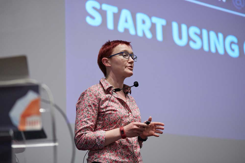 Rachel Andrew on CSS Grid on stage of Frontend United